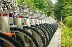 Équipements de vélo public et affichage de location des plans rapprochés de bicyclette Photos stock