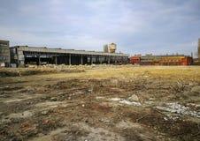 Équipements industriels abandonnés et terre nivelée photos libres de droits