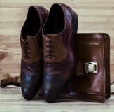 Équipements occasionnels du ` s d'hommes avec les chaussures brunes et le sac à main brun photographie stock