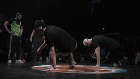 Équipements sportifs de types actifs mignons d'hommes exécuter breakdancing frais sur l'étape banque de vidéos