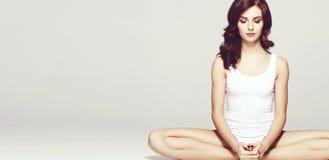 Équiper et belle femme sportive de forme parfaite Fille dans le blanc Photos libres de droits