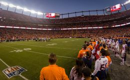 Équipes de Denver Broncos et de New York Giants chez Mile High Stadium photo stock