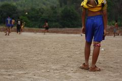 équipes de garçons adolescents et jeunes jouant au football photographie stock libre de droits