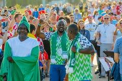 Équipes de soutien de passionés du football sur les rues de la ville le jour de la correspondance entre la Croatie et le Nigéria images stock