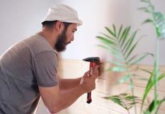 Équipez établir une maison et un workimg avec le marteau et le bois Image stock