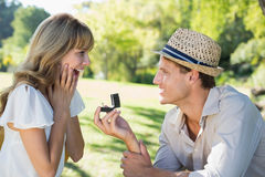Équipez étonnant son amie avec une proposition en parc Photo stock