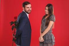 Équipez étonnant son amie mignonne avec la rose de rouge la date romantique Photographie stock