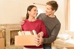 Équipez étreindre la femme de sourire avec des livres dans des mains Photo stock