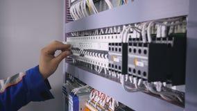 Équipez abaisser les leviers, disjoncteurs dans la boîte de fusible électrique Plan rapproché 4K clips vidéos