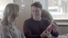 Équipez admet l'amour pour la maîtresse et donne un cadeau le jour du ` s de Valentine banque de vidéos
