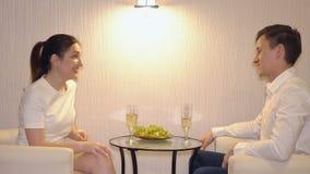 Équipez agacer une femme une première date banque de vidéos