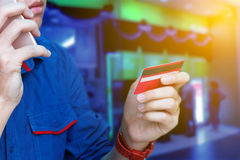 Équipez appeler au service client avec la vérification au sujet du problème cred Photo libre de droits