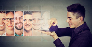 Équipez appeler ou envoyer à des sms de groupe ses amis sur le smartphone images libres de droits