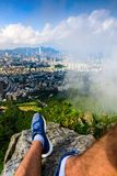 Équipez apprécier la vue de Hong Kong de la roche de lion photos libres de droits