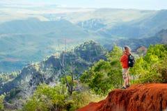 Équipez apprécier la vue renversante dans le canyon de Waimea Photo stock