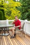 Équipez apprécier le beau jour dehors tout en buvant de la bière Images stock