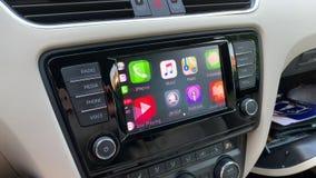 Équipez appuyer sur le bouton de cartes d'Apple sur Apple CarPlay banque de vidéos