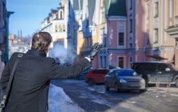Équipez attraper un taxi, vue de dos, jour, extérieur Photographie stock