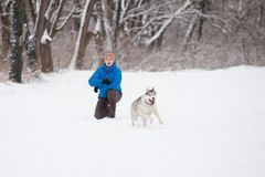 Équipez avec le chien enroué a photos stock