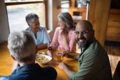 Équipez avoir le verre de bière avec des amis dans la barre Photo libre de droits