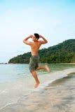 Équipez brancher excitedly par la plage photo stock