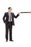 Équipez brancher un baril d'un fusil avec son doigt Images stock
