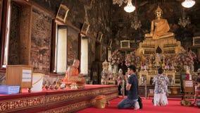 Équipez cet hommage de salaire fond de moine et de Bouddha à image dans le temple bouddhiste de Wat Arun (temple de Publice) à Ba Images stock