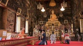 Équipez cet hommage de salaire fond de moine et de Bouddha à image dans le temple bouddhiste de Wat Arun (temple de Publice) à Ba Photo libre de droits