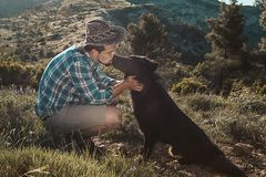 Équipez choyer son chien et jouer avec lui photographie stock libre de droits