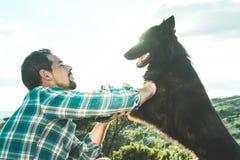 Équipez choyer son chien et jouer avec lui images libres de droits