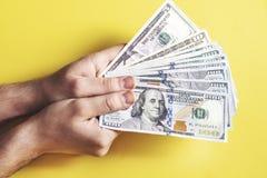 Équipez compter l'argent, le concept d'économie, affectation d'argent photos libres de droits