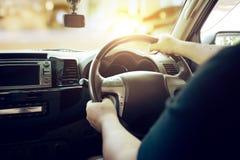 Équipez conduire la voiture de la lumière du soleil pendant le matin pour aller aux travaux Photographie stock libre de droits