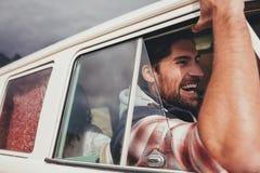 Équipez conduire le fourgon et apprécier sur son voyage par la route Image stock