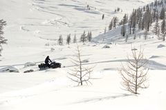 Équipez conduire le motoneige de sports dans un jour ensoleillé Images libres de droits