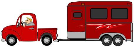 Équipez conduire un camion et remorquer une remorque de cheval Photos stock