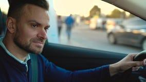 Équipez conduire une voiture, recherchant un endroit pour se garer banque de vidéos