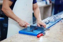 Équipez couper les hairtails atlantiques de largehead sur la poissonnerie au Portugal Photographie stock