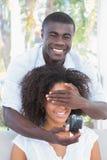 Équipez couvrir les yeux de son amie tout en préparant la proposition Image stock
