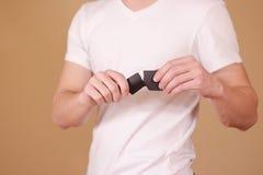 Équipez déchirer un morceau de papier en brochure noire à moitié vide d'insecte Photo libre de droits