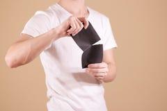 Équipez déchirer un morceau de papier en brochure noire à moitié vide d'insecte Photographie stock