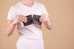 Équipez déchirer un morceau de papier en brochure noire à moitié vide d'insecte Images stock