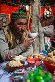 Équipez de la famille de Kazakhs des chasseurs avec chasser l'intérieur d'aigles d'or leur le Yurts mongol photo libre de droits