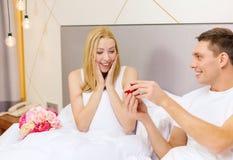 Équipez donner à femme peu de boîte et anneau rouges dans lui Images stock