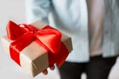 Équipez donner actuel avec la boîte de papier de métier et le ruban rouge Photo stock