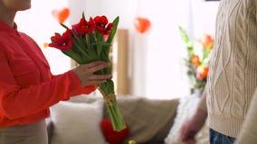 Équipez donner des fleurs à la femme au jour de valentines banque de vidéos