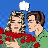 Équipez donner des fleurs à son amie et le chuchotement dans son oreille Couples heureux Art de bruit Photos stock