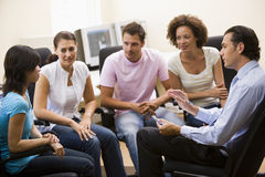 Équipez donner la conférence à quatre personnes dans la salle des ordinateurs