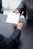 Équipez donner le papier au collègue de hos dans le bureau Photos libres de droits
