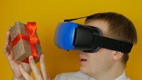 Équipez en cadeau tête-monté de vues d'affichage à l'intérieur de la boîte, sur le fond jaune de mur clips vidéos