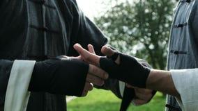 Équipez envelopper le bandage sur des mains avant plan rapproché de combat banque de vidéos